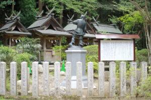 雄略天皇像と説明看板の写真